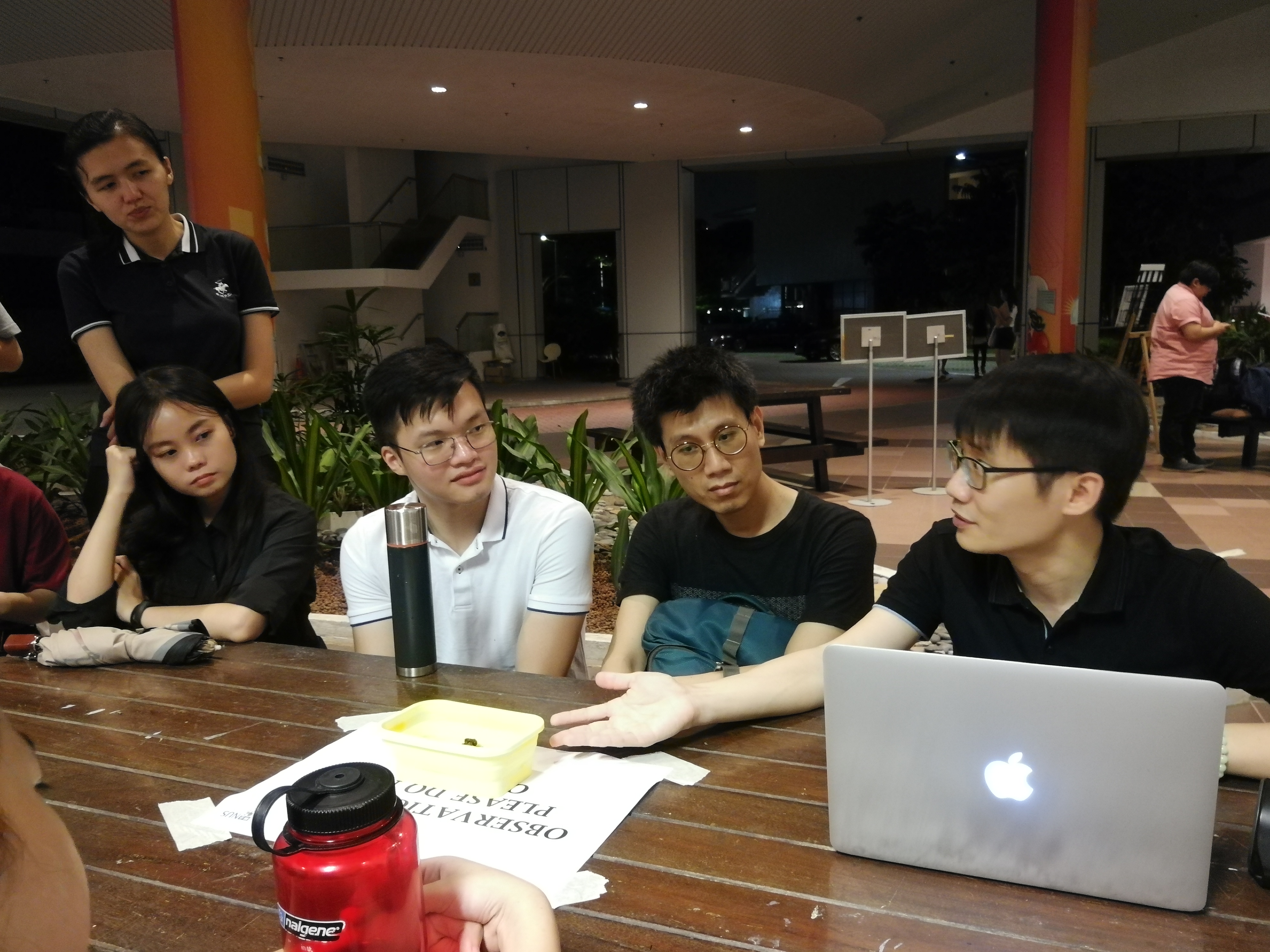 Tzu Ching senior, Brother Er Chern Han (right) shared about how one should better understand themselves and make more informed decisions than artificial intelligence.