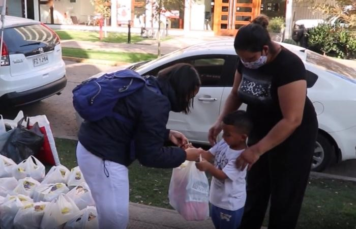 Tzu Chi volunteers distribute food aid to Venezuelans stranded in Chile