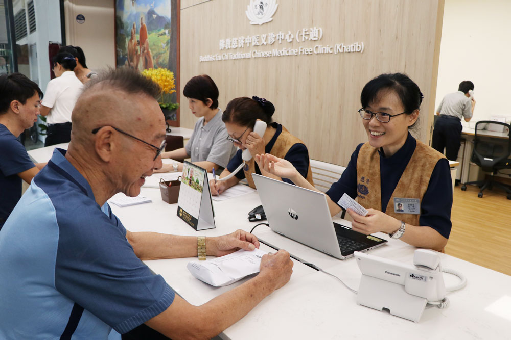 Tzu Chi volunteers serving patients at the registration desk (Photo by Mulias Lian)