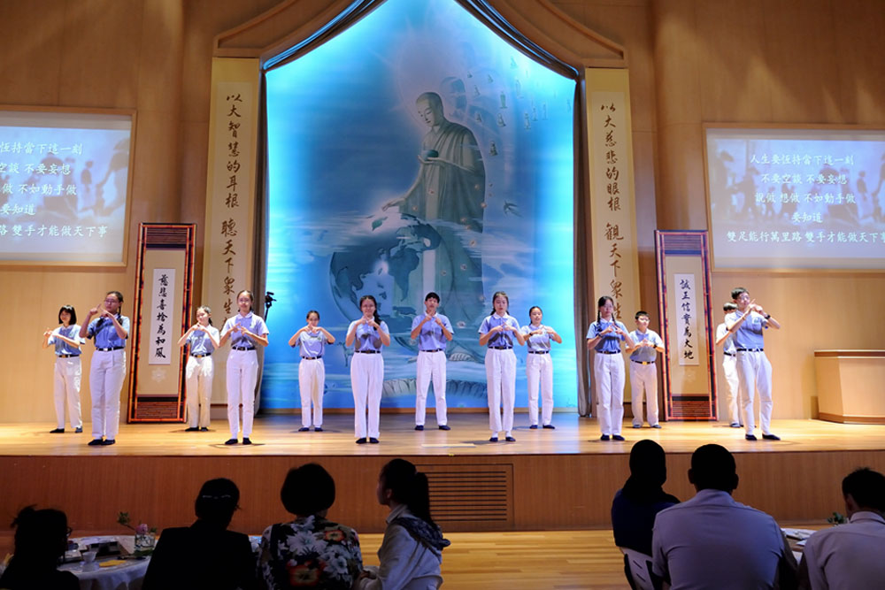 Students from the Tzu Chi Teenagers' Class presenting a sign language performance on stage (Photo by Tim Wong)